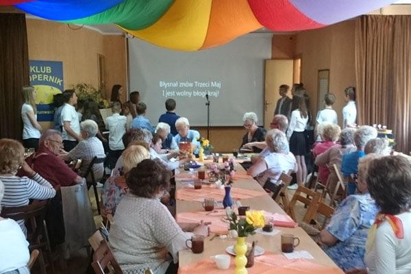 Wizyta uczniów Szkoły Podstawowej nr 74 w Klubie Seniora